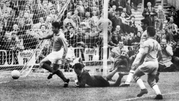 Just Fontaine (L) scores against Brazil in the 1958 semifinal.