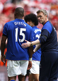 Everton manager David Moyes consoles Sylvain Distin after the semi-final