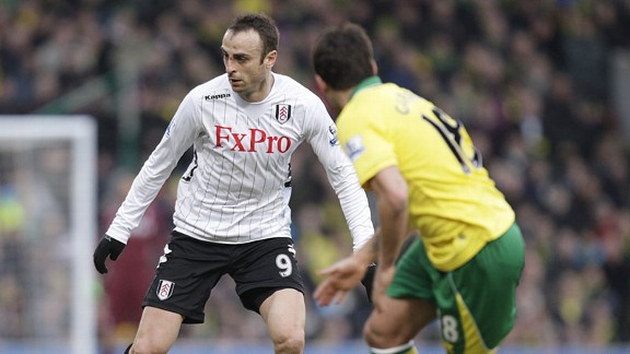 Dimitar Berbatov looks to escape the attentions of Javier Garrido