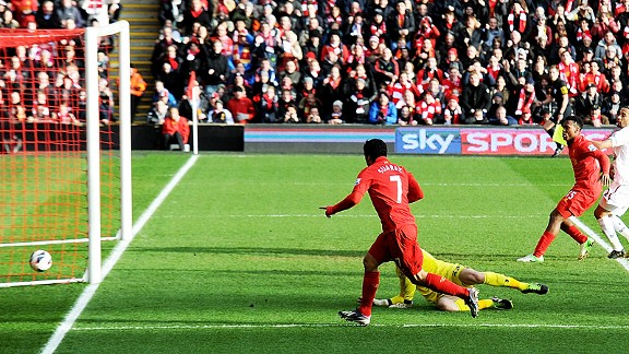 Luis Suarez beats Hugo Lloris to put Liverpool one up against Tottenham