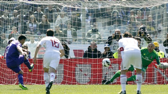 David Pizarro scores Fiorentina's equaliser against AC Milan from the penalty spot