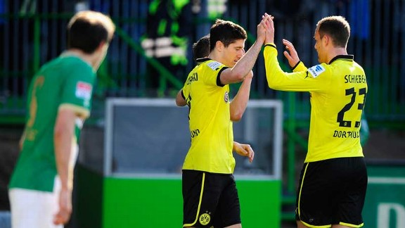 Robert Lewandowski celebrates after scoring in Dortmund's 6-1 victory over Greuther Furth