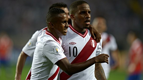 Peruvian forward Yordy Reyna (L) with forward Jefferson Farfan