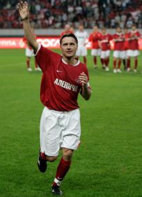 Dmitri Alenichev waves to the Spartak fans in his farewell match.