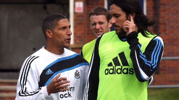 Chris Hughton talks to Jonas Gutierrez during a Newcastle training session.