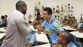 Clarence Seedorf says goodbye to his Botafogo teammates before he heads for Milan.
