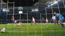 Mario Mandzukic (l) puts Bayern on their way to a DFB Pokal victory at Hamburg.