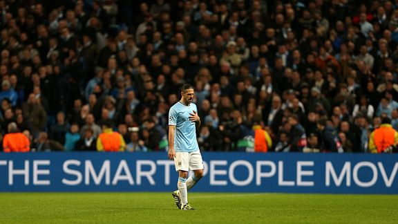 Martin Demichelis walks off Man City vs Barcelona