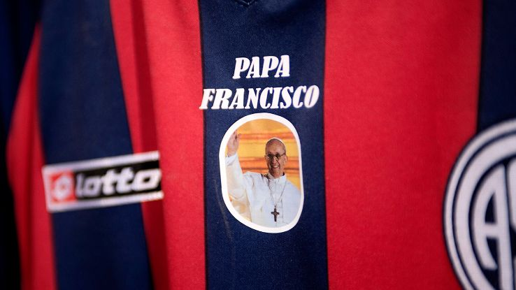 A San Lorenzo jersey with a photo of Pope Francis.