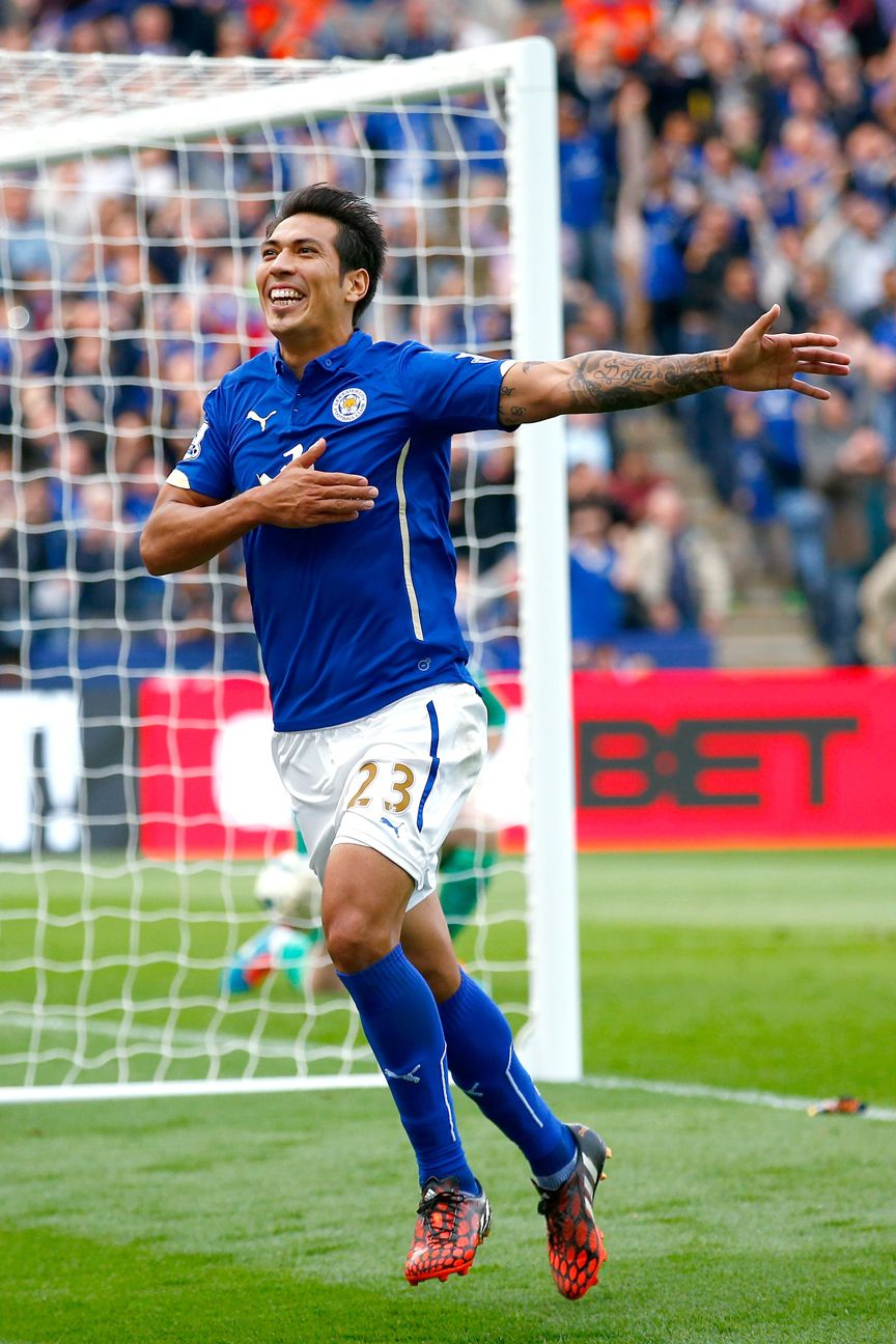 Argentine Leo Ulloa ran rampant on Sunday with two goals for Leicester City against Manchester United.