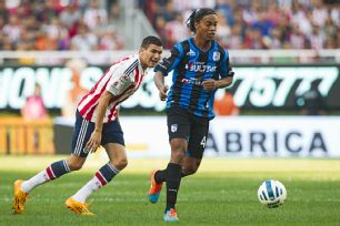 Ronaldinho gave Chivas a samba footballing lesson in his 79 minutes on the pitch.
