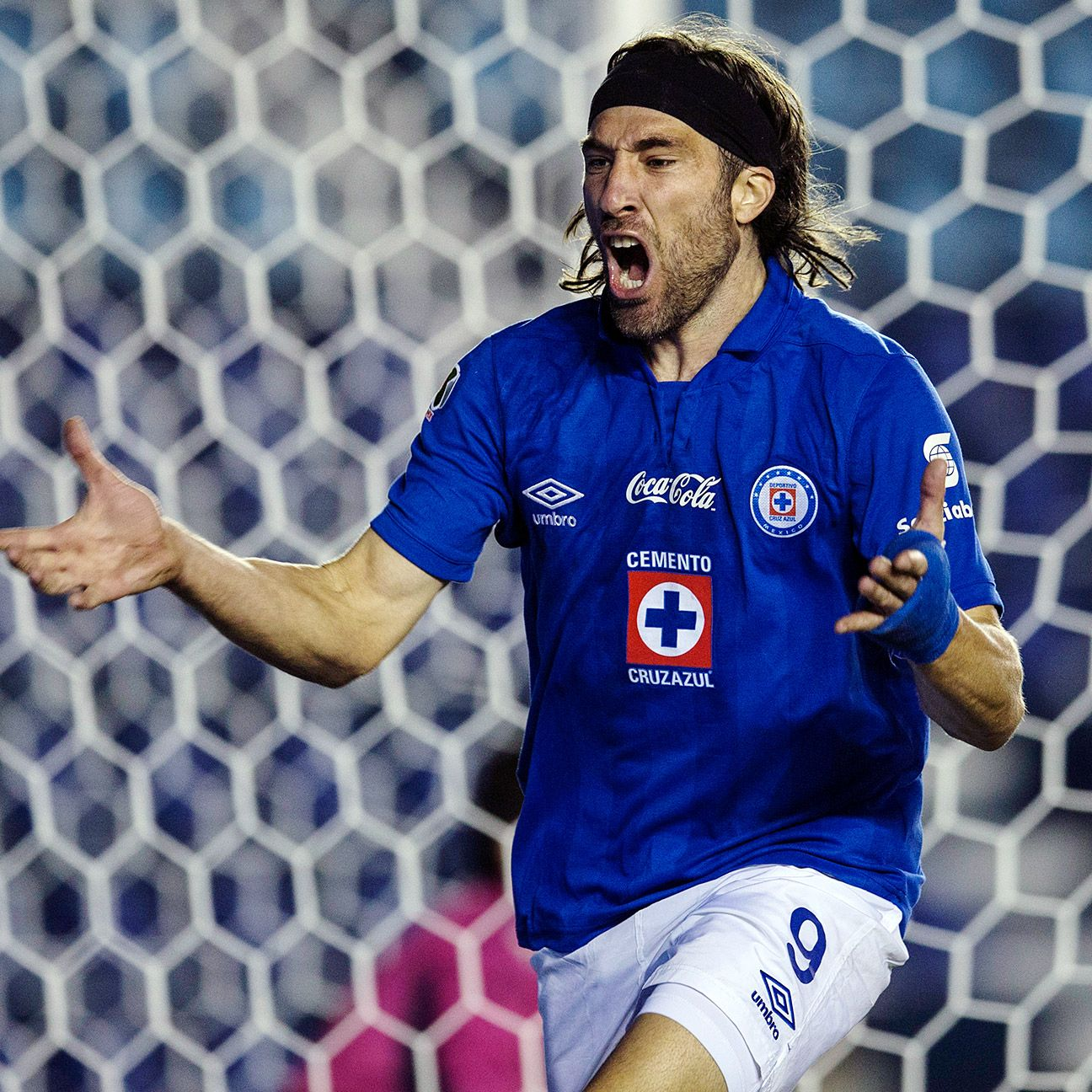 Cruz Azul's Liguilla hopes stayed within reach thanks to Mariano Pavone's goal versus Leon.