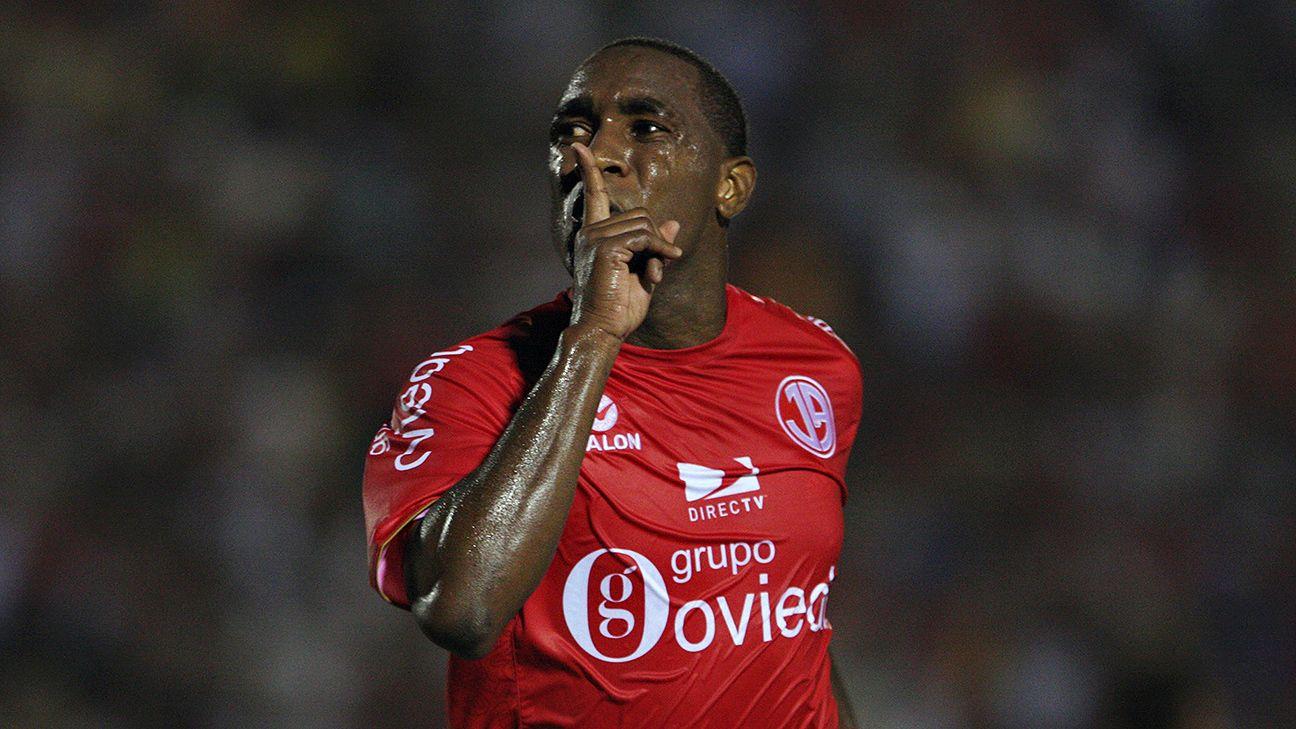 Racist chants cause Panama forward Luis Tejada to abandon game in Peru