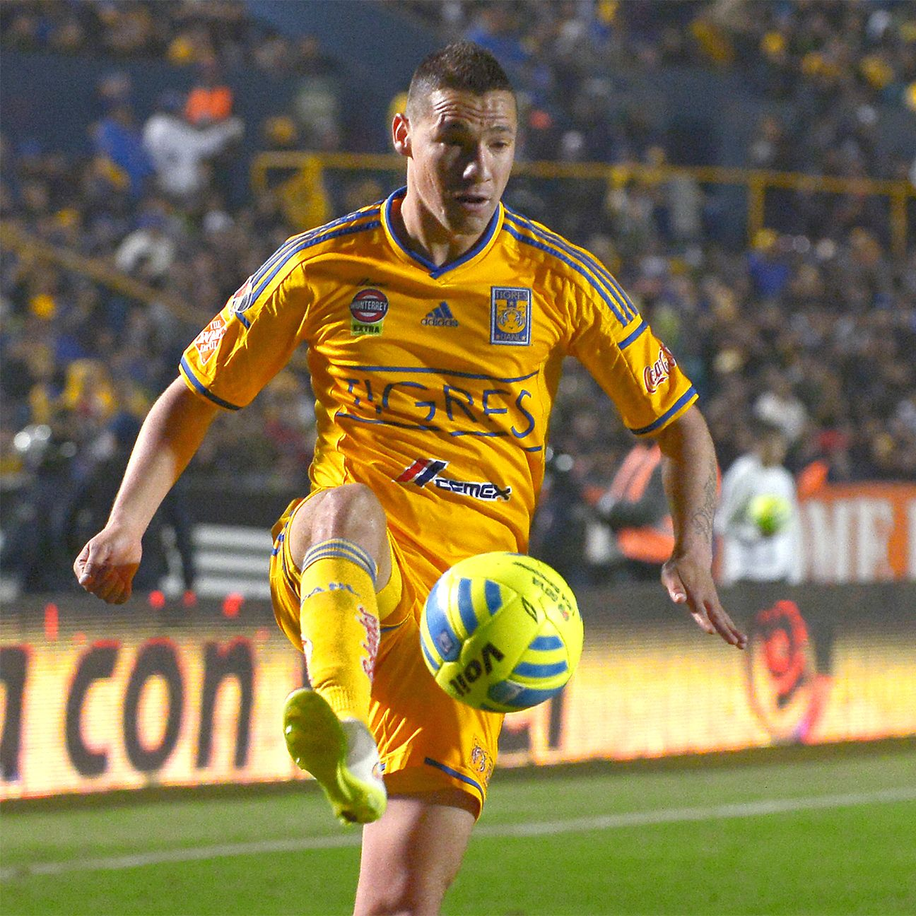 A rare goal from defensive midfielder Jesus Duenas helped Tigres crush Pumas.