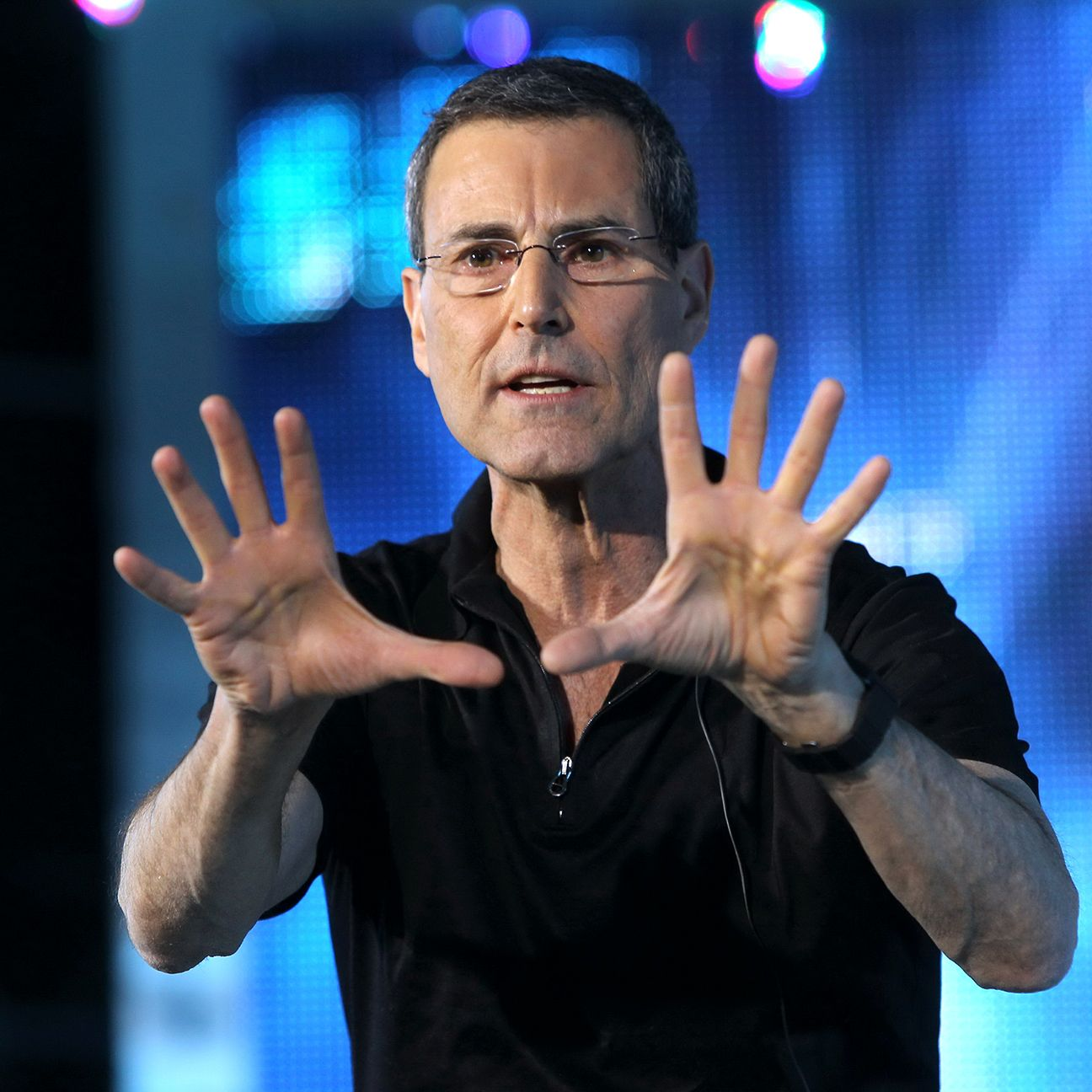 Illusionist Uri Geller believes he holds the key to a Reading victory this weekend.