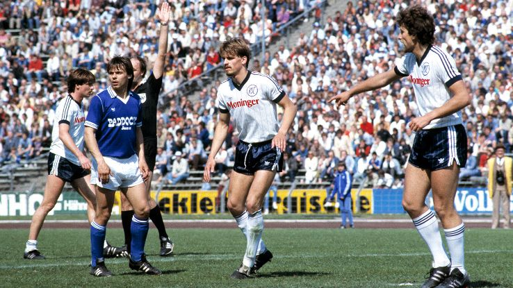 Olaf Thon, far left in blue during a 2. Bundesliga match in 1983-84, nearly led Schalke to an upset win over Bayern in the 1984 DFB-Pokal semifinals.