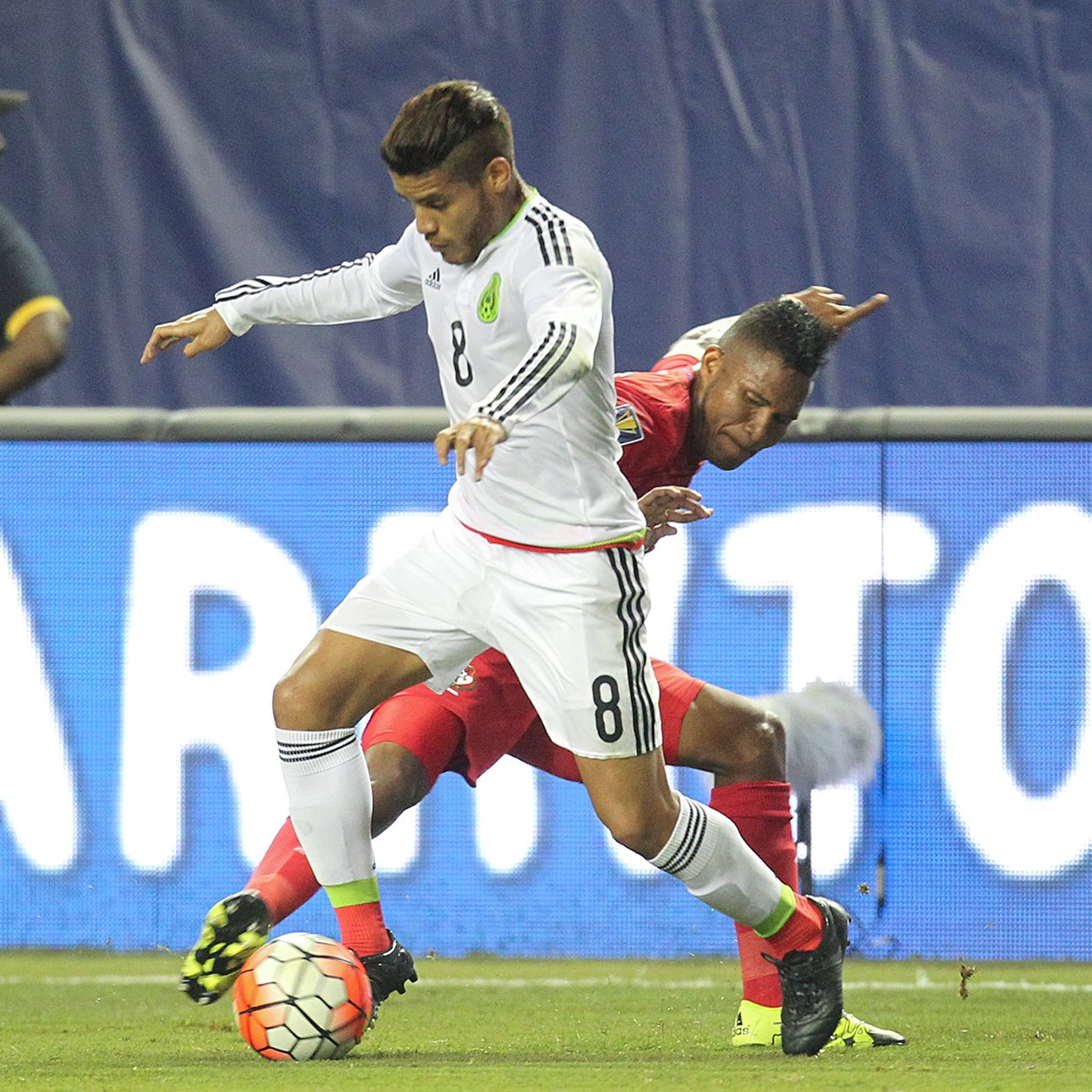 On a rough night for Mexico, Jonathan dos Santos stood out in midfield for </i>El Tri</i>.