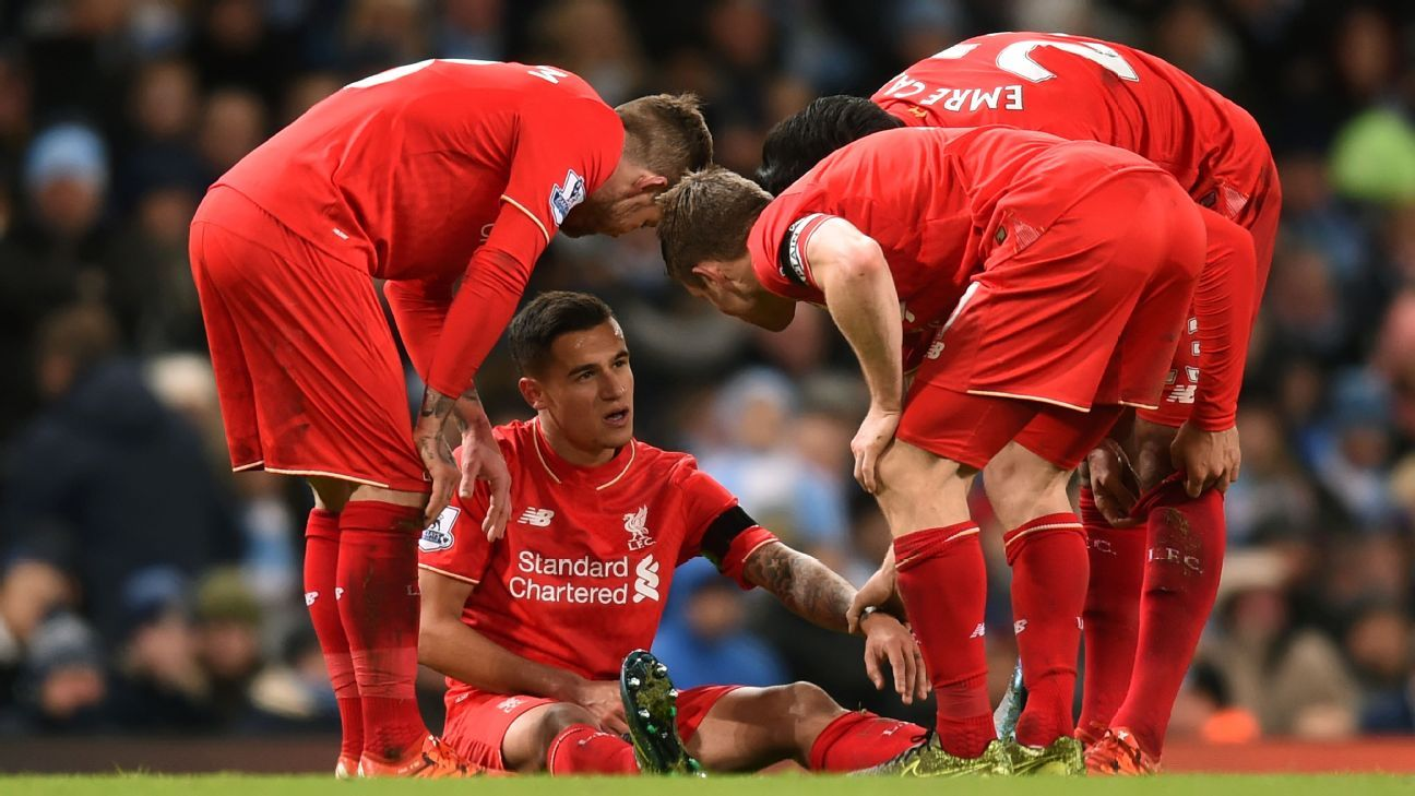 Liverpool players talks to Philippe Coutinho (2nd L) during the Premier League match between Manchester City and Liverpool at Etihad Stadium on November 21, 2015 in Manchester, England. (Photo by Michael Regan/Getty Images)
