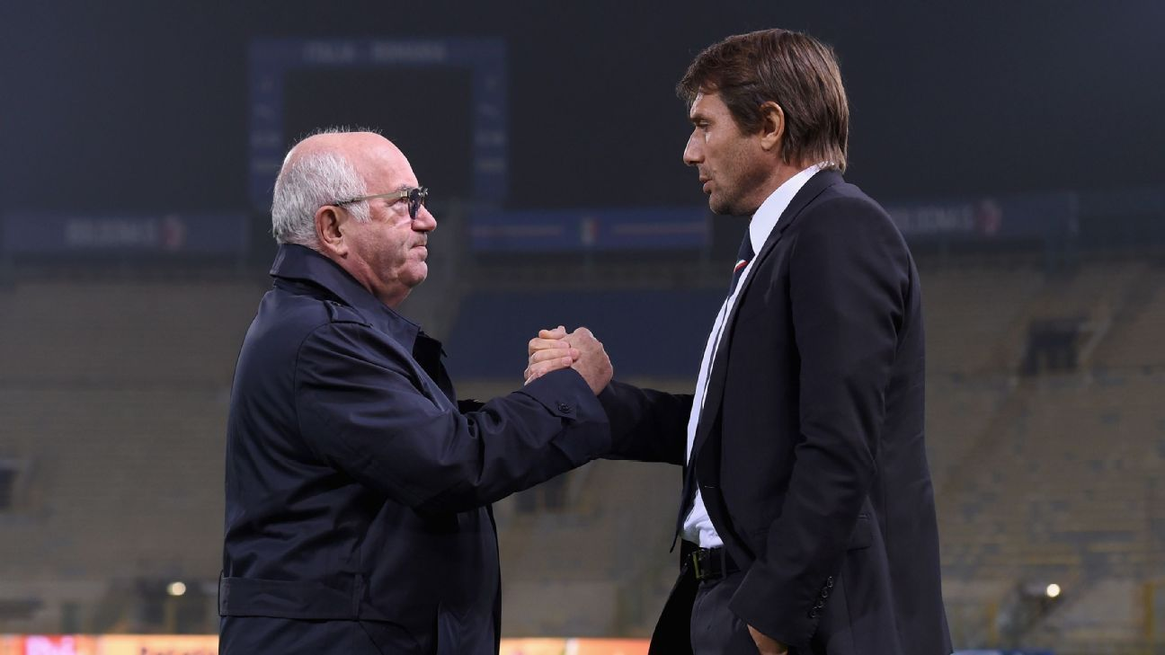BOLOGNA, ITALY - NOVEMBER 16:  Head coach Antonio Conte (R) and President FIGC Carlo Tavecchio chat prior to the Italy training session at Stadio Renato Dall'Ara on November 16, 2015 in Bologna, Italy.  (Photo by Claudio Villa/Getty Images)