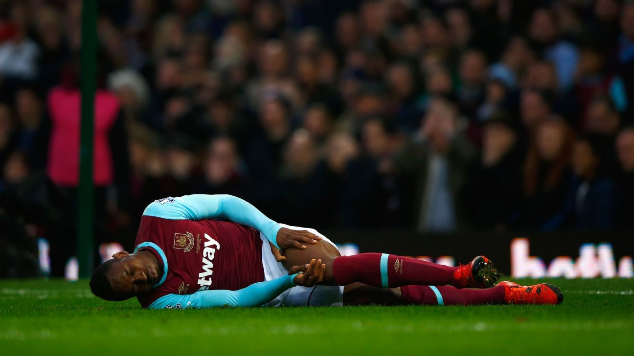 LONDON, ENGLAND - NOVEMBER 29: Diafra Sakho of West Ham United is injured during the Barclays Premier League match between West Ham United and West Bromwich Albion at Boleyn Ground on November 29, 2015 in London, England. (Photo by Christopher Lee/Getty)