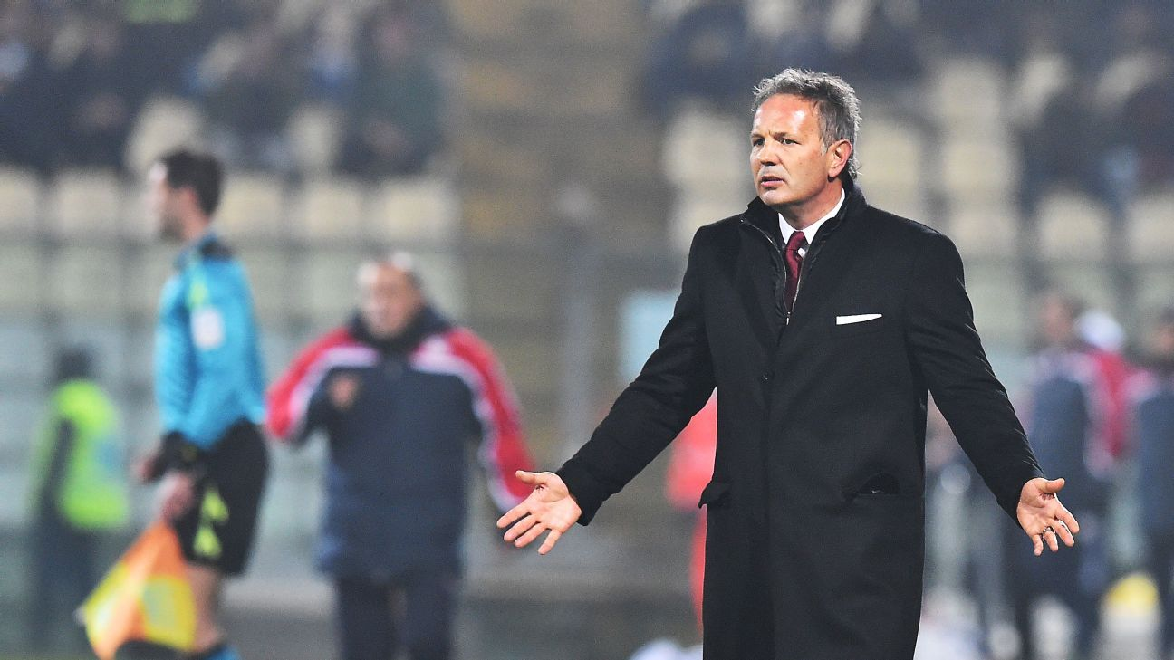 Sinisa Mihajlovic gestures during the Italian Serie A football match Carpi vs AC Milan at the Braglia stadium in Modena on December 6, 2015. AFP PHOTO / VINCENZO PINTO / AFP / VINCENZO PINTO (Photo credit should read VINCENZO PINTO/AFP/Getty Images)