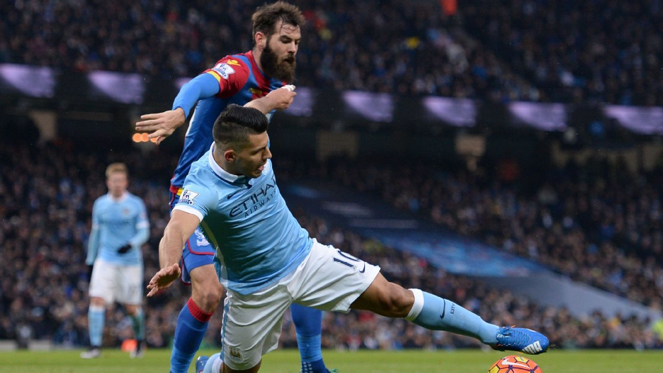 Striker Sergio Aguero (R) stretches for the ball during the Premier League football match between Manchester City and Crystal Palace at the Etihad Stadium in Manchester, north west England, on January 16, 2016. AFP PHOTO / OLI SCARFF