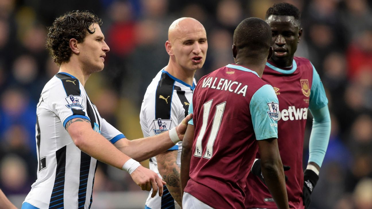 Enner Valencia (2nd right) has words with Jonjo Shelvey (2nd Left) during the Barclays Premier League match between Newcastle United and West Ham United at St James' Park on January 16, 2016. (Photo by Arfa Griffiths/West Ham United via Getty Images)