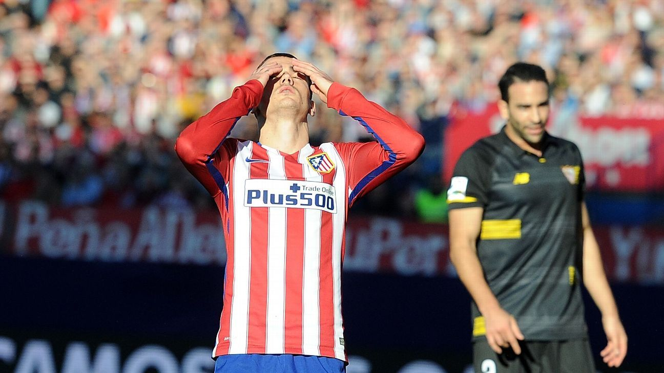 Antoine Greizmann of Club Atletico de Madrid reacts after missing a chance to score a goal during the La Liga match against Club Sevilla FC at Vicente Calderon Stadium on January 24, 2016 in Madrid, Spain. (Photo by Denis Doyle/Getty Images)