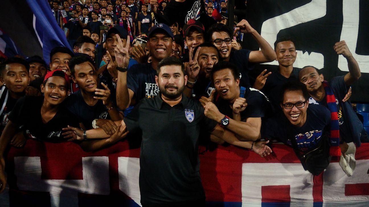 TMJ Tunku Ismail Ibni Sultan Ibrahim with JDT fans