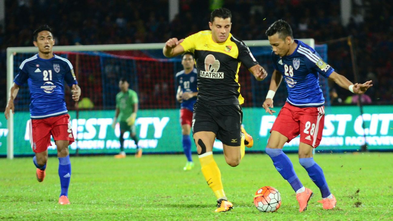Negeri Sembilan player Andrew Nabbout and Johor Darul Ta'zim Azinee Taib (blue)