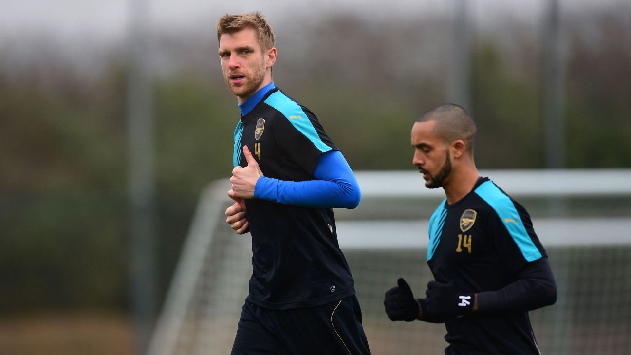 Per Mertesacker jogging