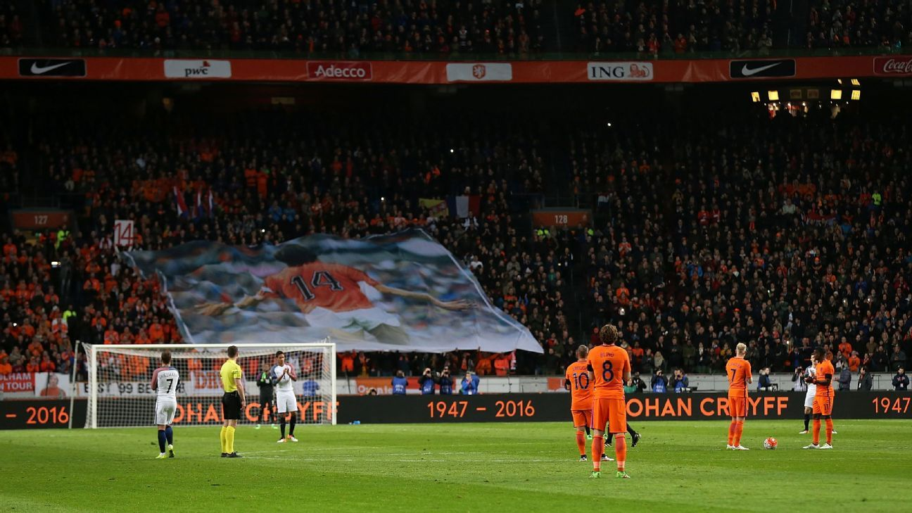 Cruyff tribute at NED-FRA