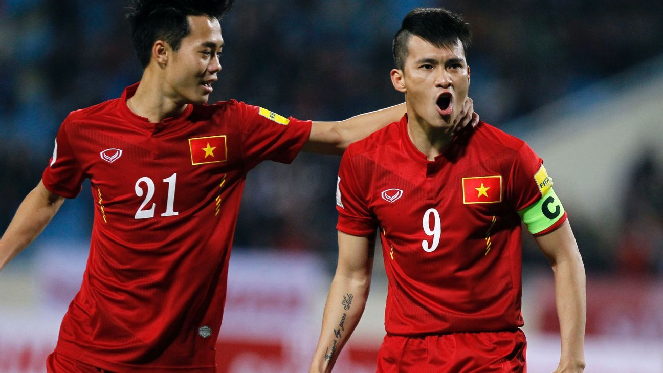 Vietnam striker Le Cong Vinh, right, broke the deadlock against Singapore in the first minute of extra time.