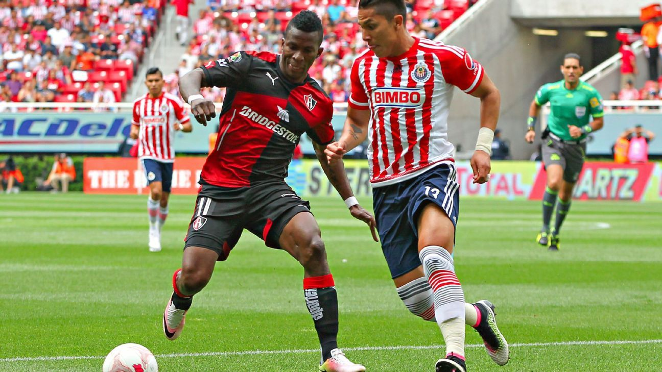 Chivas vs Atlas action 160417