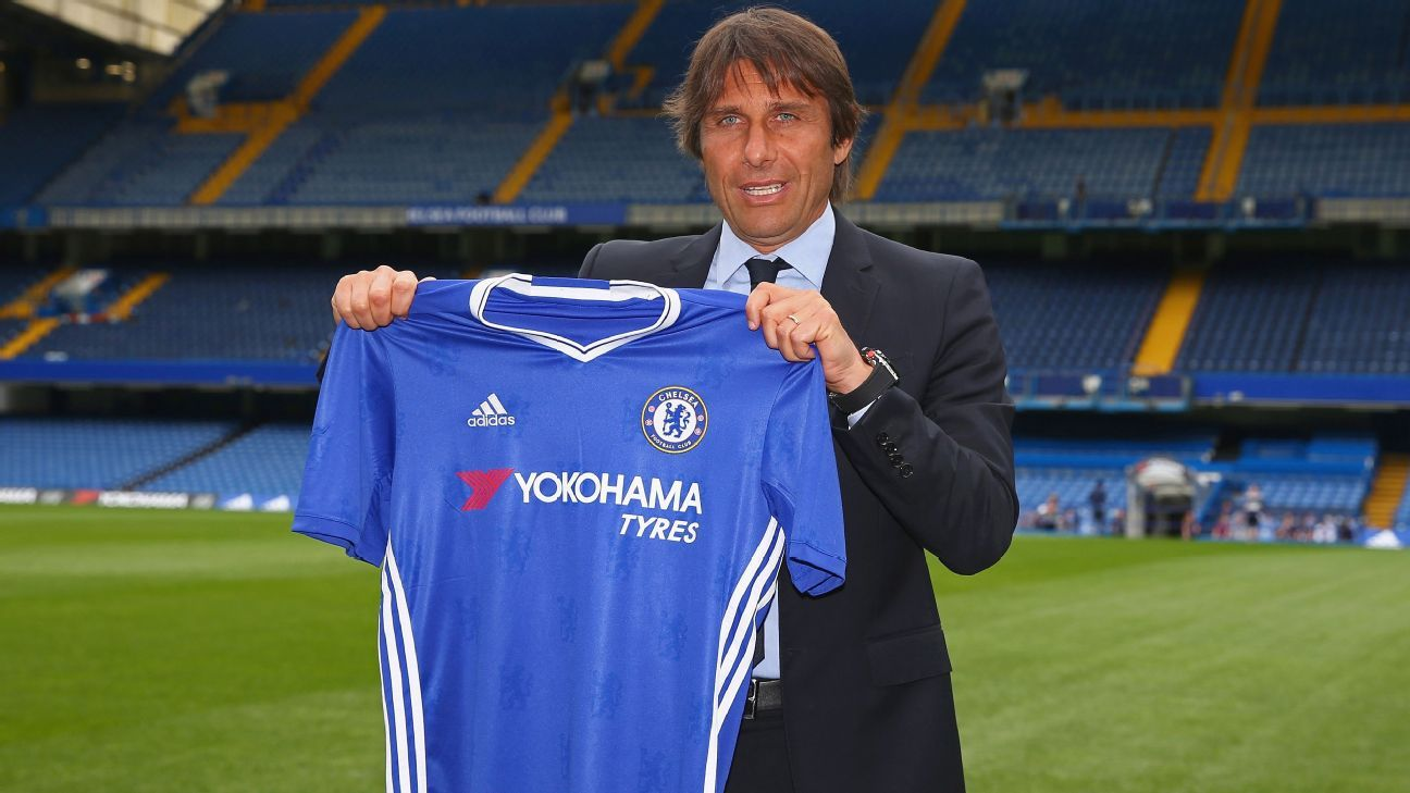 Antonio Conte with Chelsea jersey
