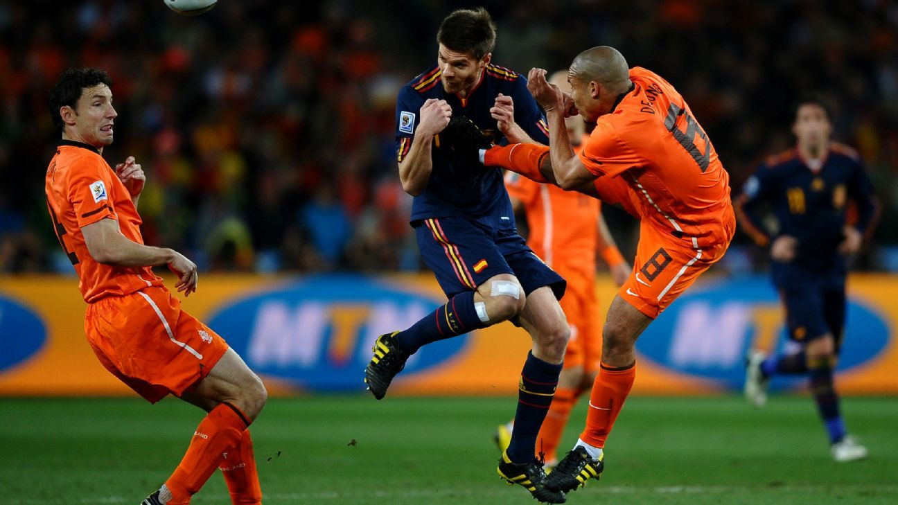 Nigel De Jong kicking Xabi Alonso