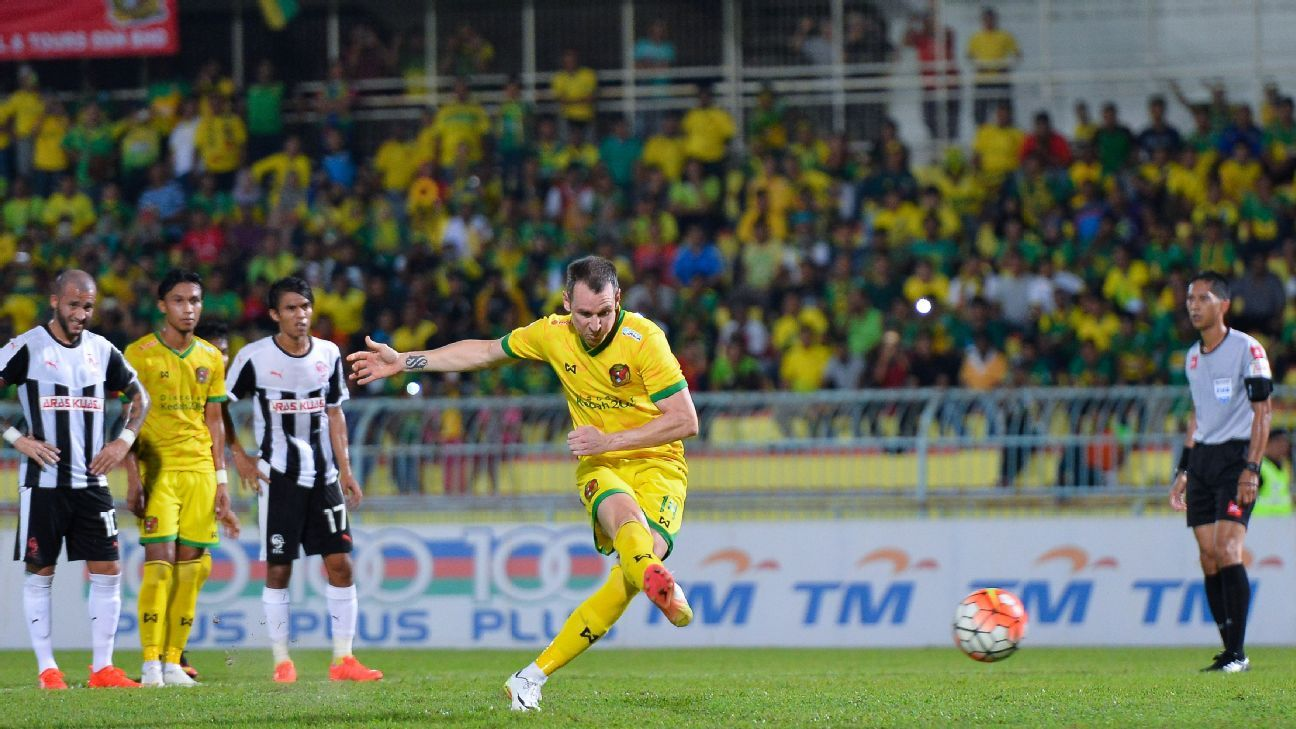 Kedah and New Zealand striker Shane Smeltz scores penalty vs. Pahang