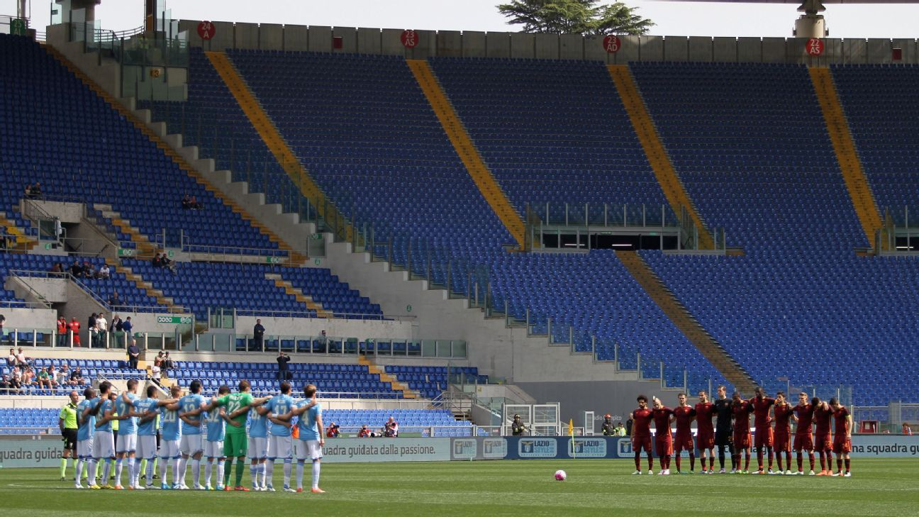 ROME, ITALY - APRIL 03:   The teams stand for a minute of silence in memory of the death of former Italian player Cesare Maldini before the Serie A match between SS Lazio and AS Roma at Stadio Olimpico on April 3, 2016 in Rome, Italy.