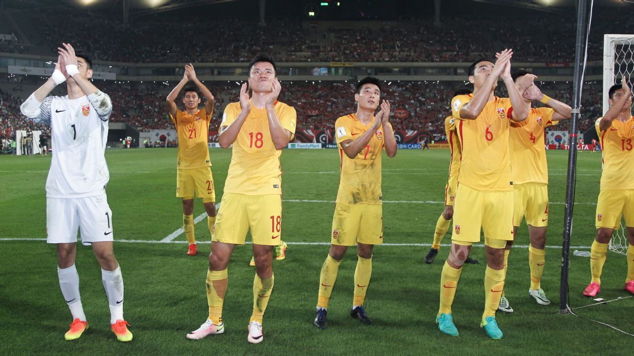 SEOUL, SOUTH KOREA - SEPTEMBER 01: Players of China thank the fans during the 2018 FIFA World Cup Qualifier Final Round Group A match between South Korea and China at Seoul World Cup Stadium on September 1, 2016 in Seoul, South Korea.