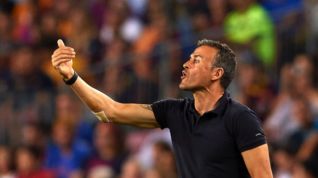 BARCELONA, SPAIN - SEPTEMBER 13:  FC Barcelona manager Luis Enrique gives instructions during the UEFA Champions League Group C match between FC Barcelona and Celtic FC at Camp Nou on September 13, 2016 in Barcelona. Spain.