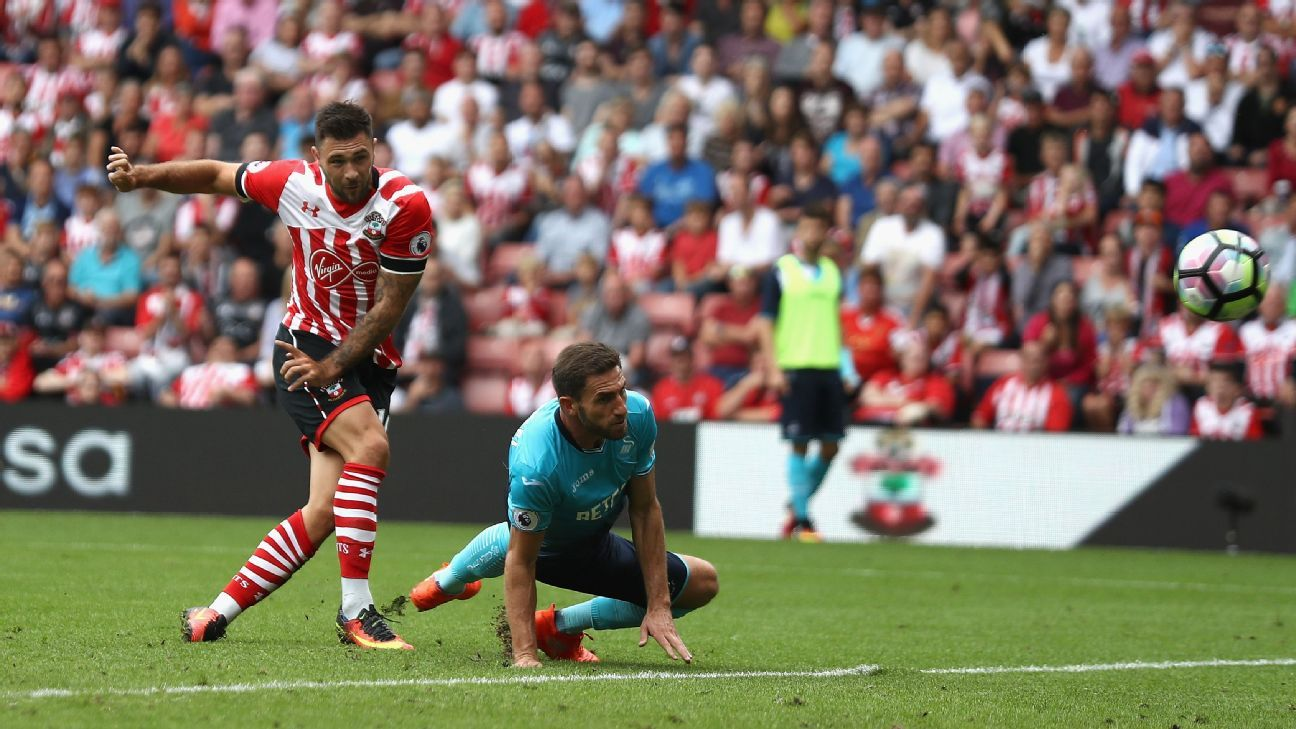Charlie Austin scores Southampton's winning goal.