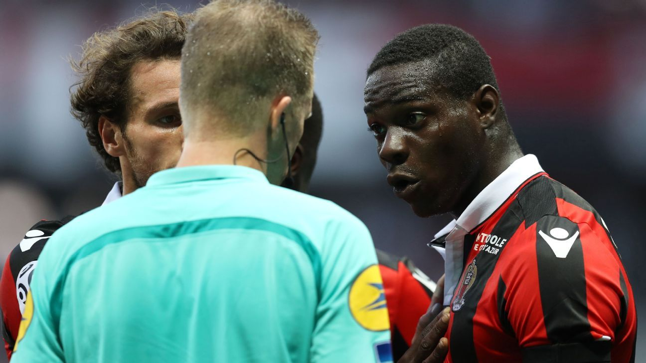 Mario Balotelli reacts after being sent off in Nice's 2-1 win against Lorient.