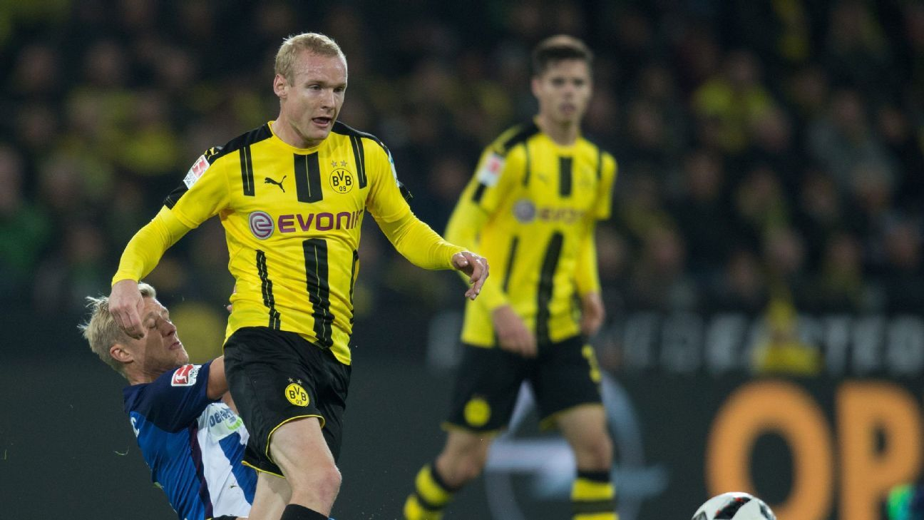 Dortmund's Sebastian Rode (R) and Berlin's Per Skjelbred in action during the German Bundesliga soccer match between Borussia Dortmund and Hertha BSC Berlin at the Signal Iduna Park, in Dortmund, Germany, 14 October 2016.
