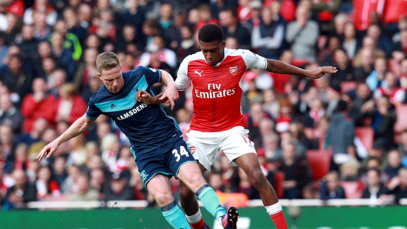 Arsenal's Alex Iwobi (R) and Middlesbourgh's Adam Forshaw in action during the English Premier League match between Arsenal and Middlesbrough at the Emirates stadium in London, Britain, 22 October 2016.