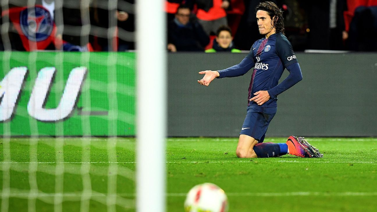 Edinson Cavani celebrates after scoring a goal in PSG's win against Rennes.