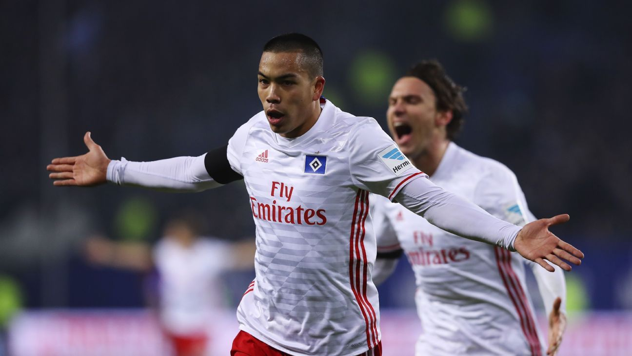 Bobby Wood celebrates after scoring against Schalke.