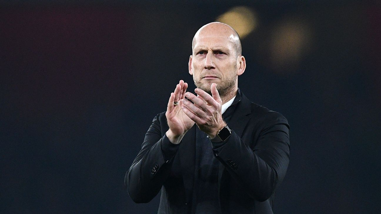 Jaap Stam applauds the Reading fans.