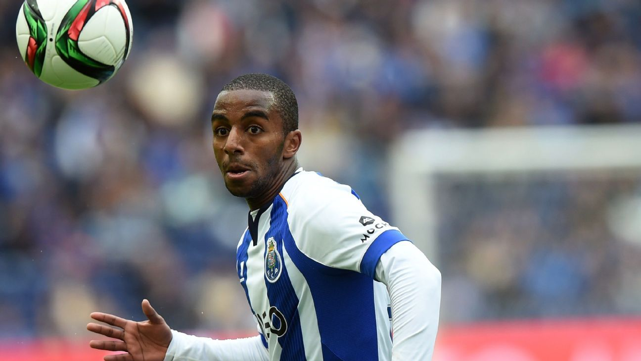 Ricardo Pereira in action for Porto against Academica.