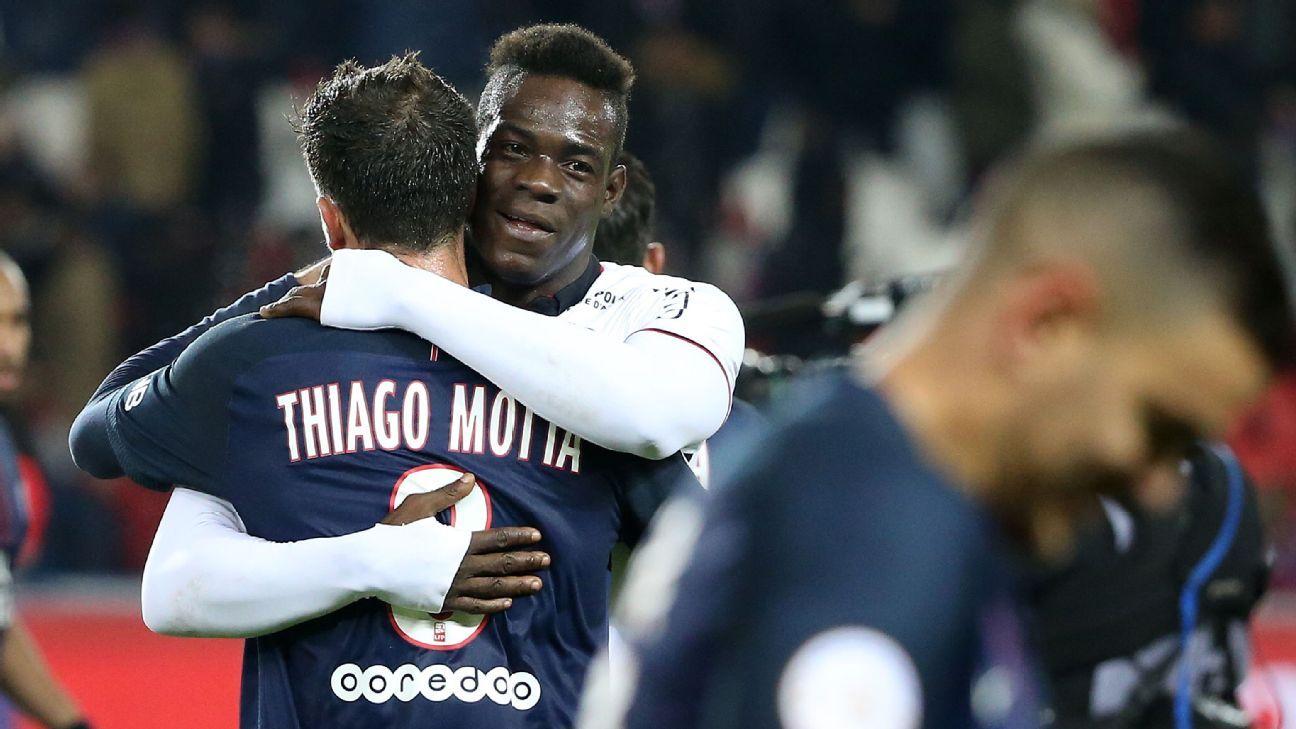 Balotelli hug Thiago Silva