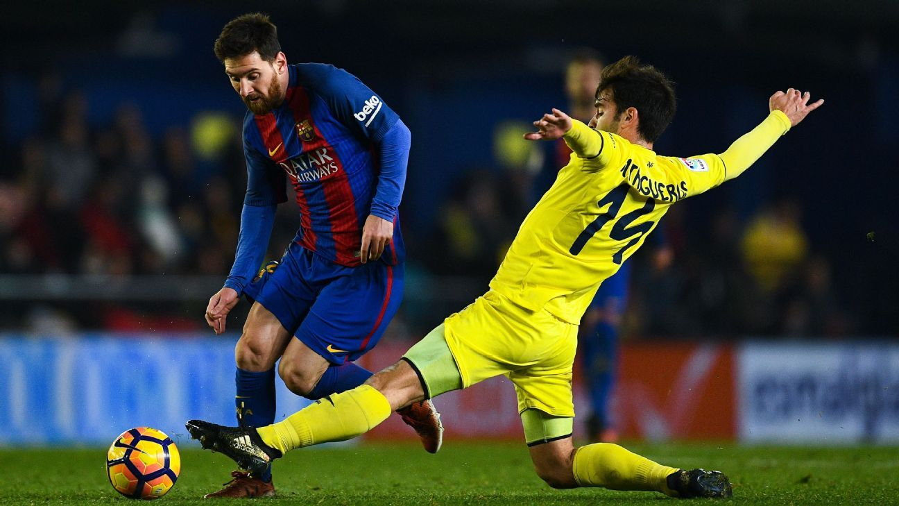 Lionel Messi competes for the ball with Manu Trigueros.